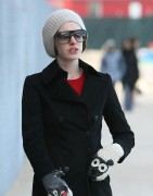 Энн Хэтэуэй, фото 5927. Anne Hathaway 'Walking her dog in Brooklyn', february 5, foto 5927