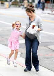 Дженнифер Гарнэр, фото 8412. Jennifer Garner and Violet out for a snack in Santa Monica, february 7, foto 8412