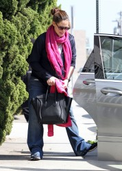 Дженнифер Гарнэр, фото 8434. Jennifer Garner picking up her daughters from ballet class in Santa Monica, february 18, foto 8434
